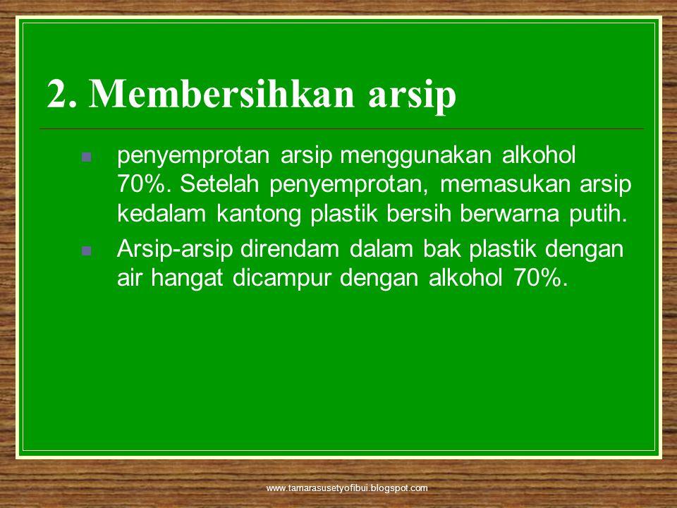 www.tamarasusetyofibui.blogspot.com 2. Membersihkan arsip  penyemprotan arsip menggunakan alkohol 70%. Setelah penyemprotan, memasukan arsip kedalam