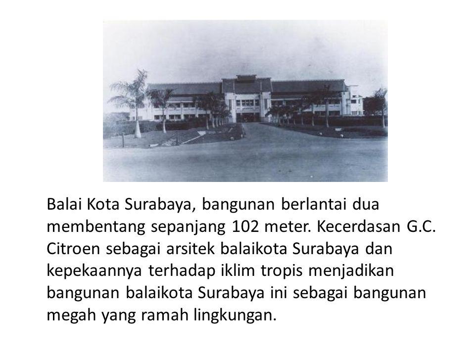 Balai Kota Surabaya, bangunan berlantai dua membentang sepanjang 102 meter.