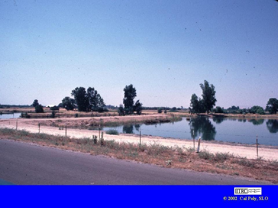 Saluran yang lebar berbentuk kolam digunakan untuk tampungan.