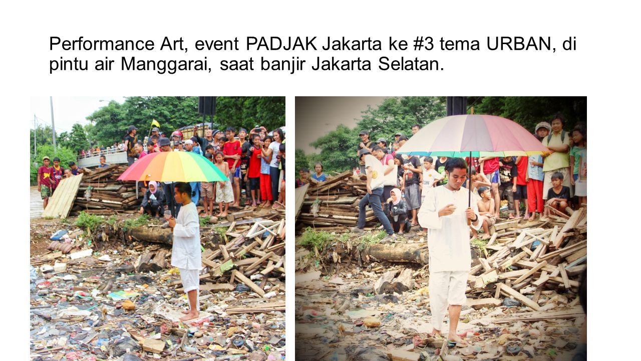 Performance Art, event PADJAK Jakarta ke #3 tema URBAN, di pintu air Manggarai, saat banjir Jakarta Selatan.