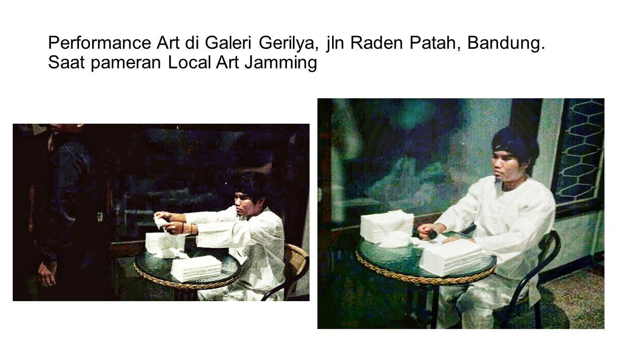 Performance Art di Galeri Gerilya, jln Raden Patah, Bandung. Saat pameran Local Art Jamming