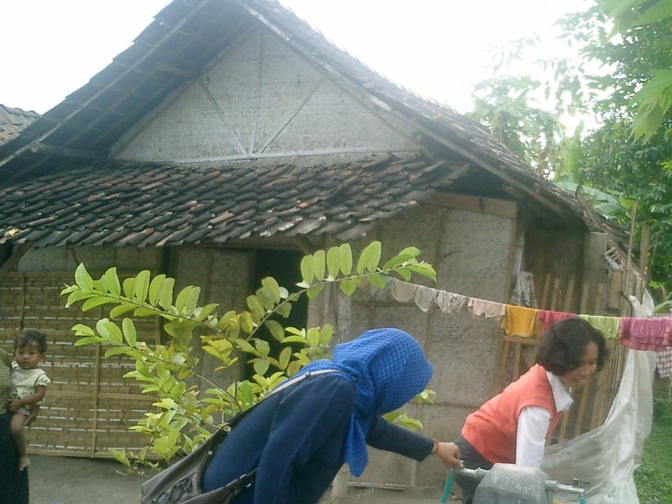 TINGKAT KEMISKINAN  Untuk mengukur tingkat kemiskinan, BPS menggunakan konsep kemampuan memenuhi kebutuhan dasar (basic needs approach).