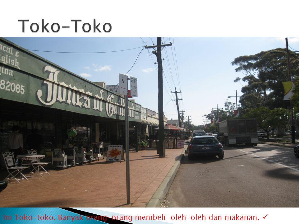 Ini Toko-toko. Banyak orang-orang membeli oleh-oleh dan makanan. 