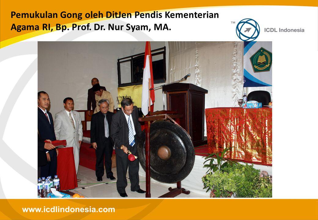 Pemukulan Gong oleh DitJen Pendis Kementerian Agama RI, Bp. Prof. Dr. Nur Syam, MA.