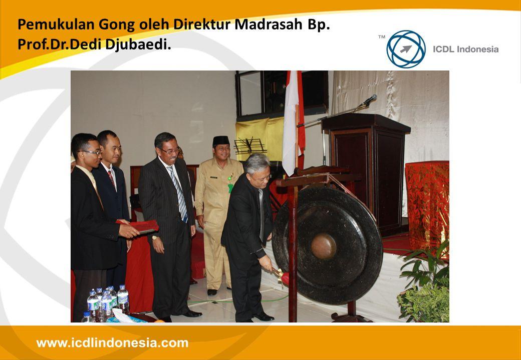 Pemukulan Gong oleh Direktur Madrasah Bp. Prof.Dr.Dedi Djubaedi.