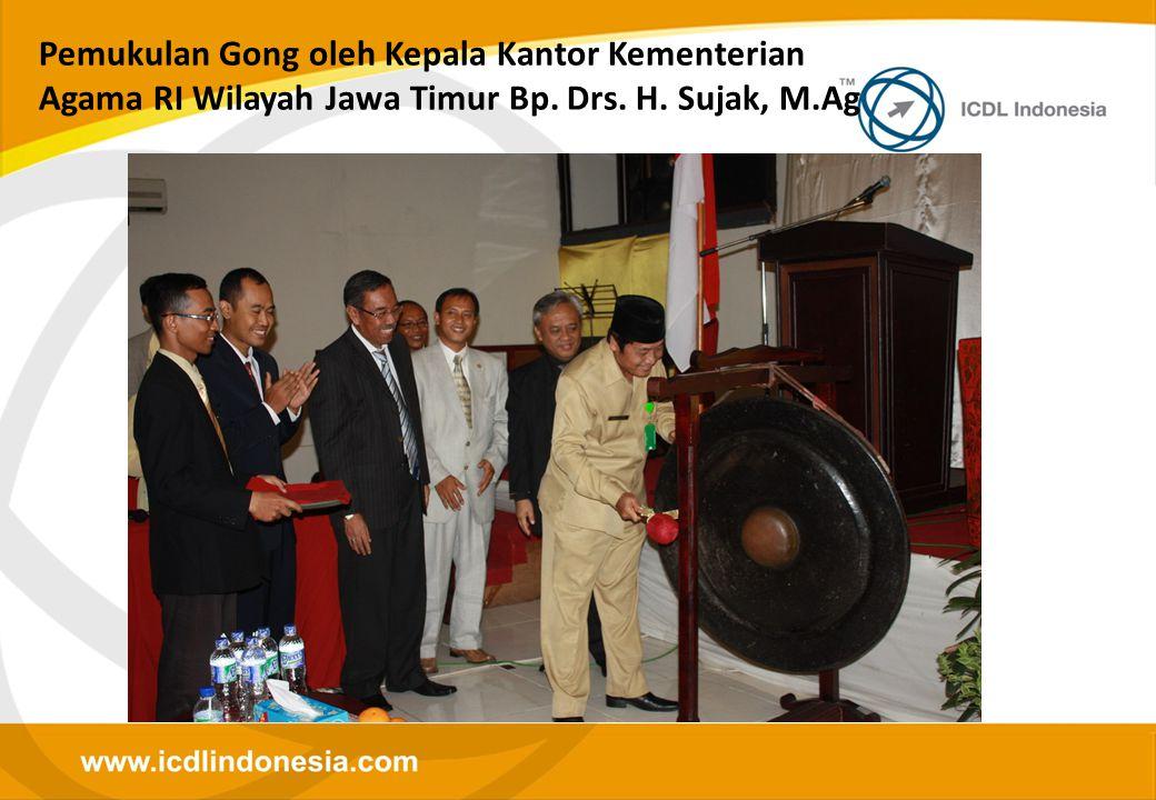 Pemukulan Gong oleh Kepala Kantor Kementerian Agama RI Wilayah Jawa Timur Bp. Drs. H. Sujak, M.Ag