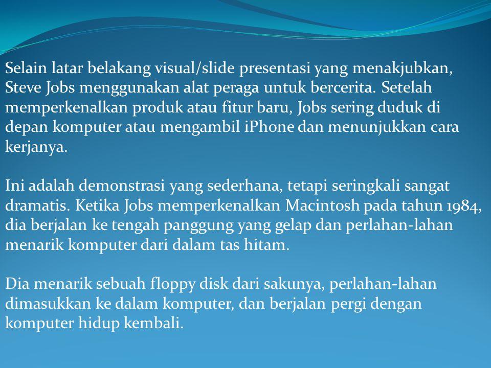 Selain latar belakang visual/slide presentasi yang menakjubkan, Steve Jobs menggunakan alat peraga untuk bercerita. Setelah memperkenalkan produk atau