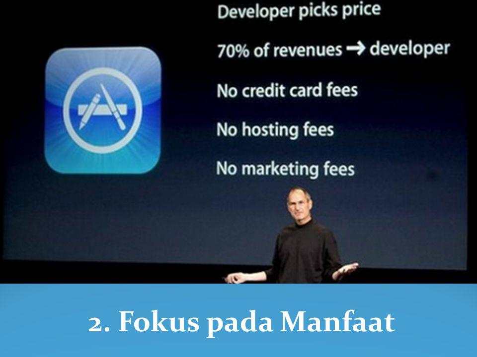 Selain latar belakang visual/slide presentasi yang menakjubkan, Steve Jobs menggunakan alat peraga untuk bercerita.