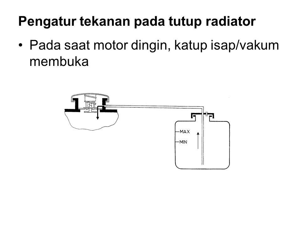 •Pada saat motor dingin, katup isap/vakum membuka Pengatur tekanan pada tutup radiator