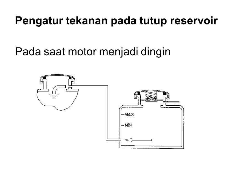 Pengatur tekanan pada tutup reservoir Pada saat motor menjadi dingin