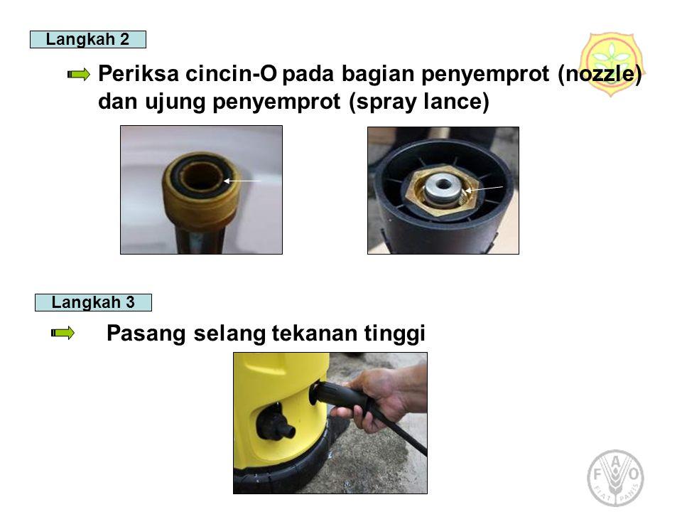 Langkah 2 Periksa cincin-O pada bagian penyemprot (nozzle) dan ujung penyemprot (spray lance) Langkah 3 Pasang selang tekanan tinggi