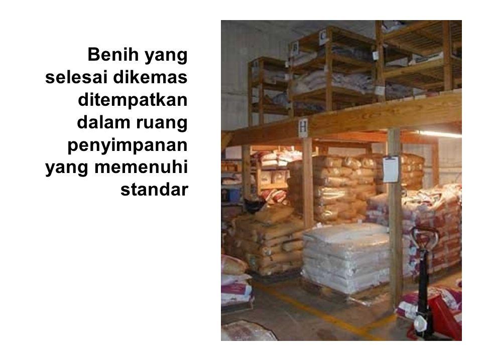 Benih yang selesai dikemas ditempatkan dalam ruang penyimpanan yang memenuhi standar