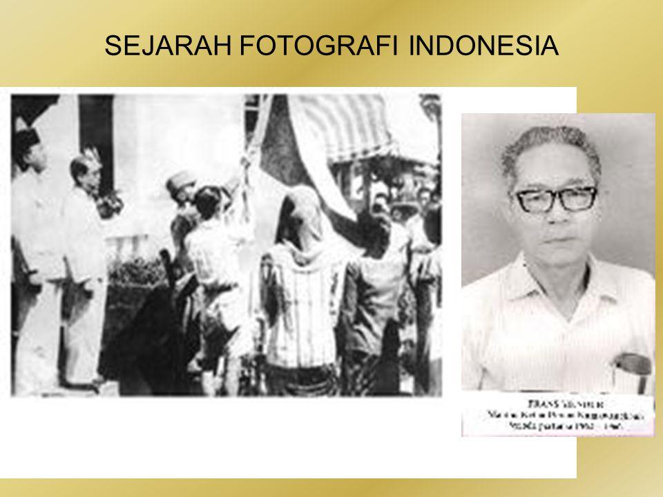 SEJARAH FOTOGRAFI INDONESIA •Artikel soal perjuangan Alex dan Frans Mendur dalam memotret momen penting Proklamasi Kemerdekaan.