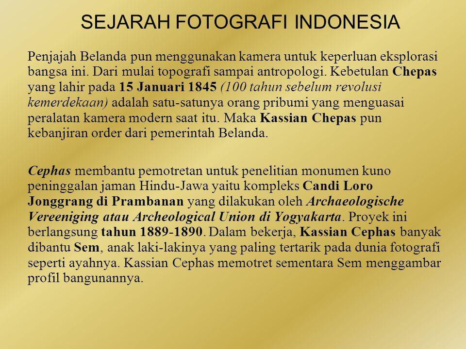 SEJARAH FOTOGRAFI INDONESIA Publikasi luas foto-foto Cephas mulai pada tahun 1888 ketika ia membantu membuat foto-foto untuk buku karya Isaac Groneman, seorang dokter yang banyak membuat buku-buku tentang kebudayaan Jawa, yang berjudul: In den Kedaton te Jogjakarta.