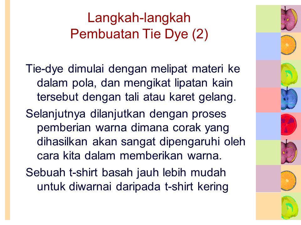 Langkah-langkah Pembuatan Tie Dye (2) Tie-dye dimulai dengan melipat materi ke dalam pola, dan mengikat lipatan kain tersebut dengan tali atau karet gelang.