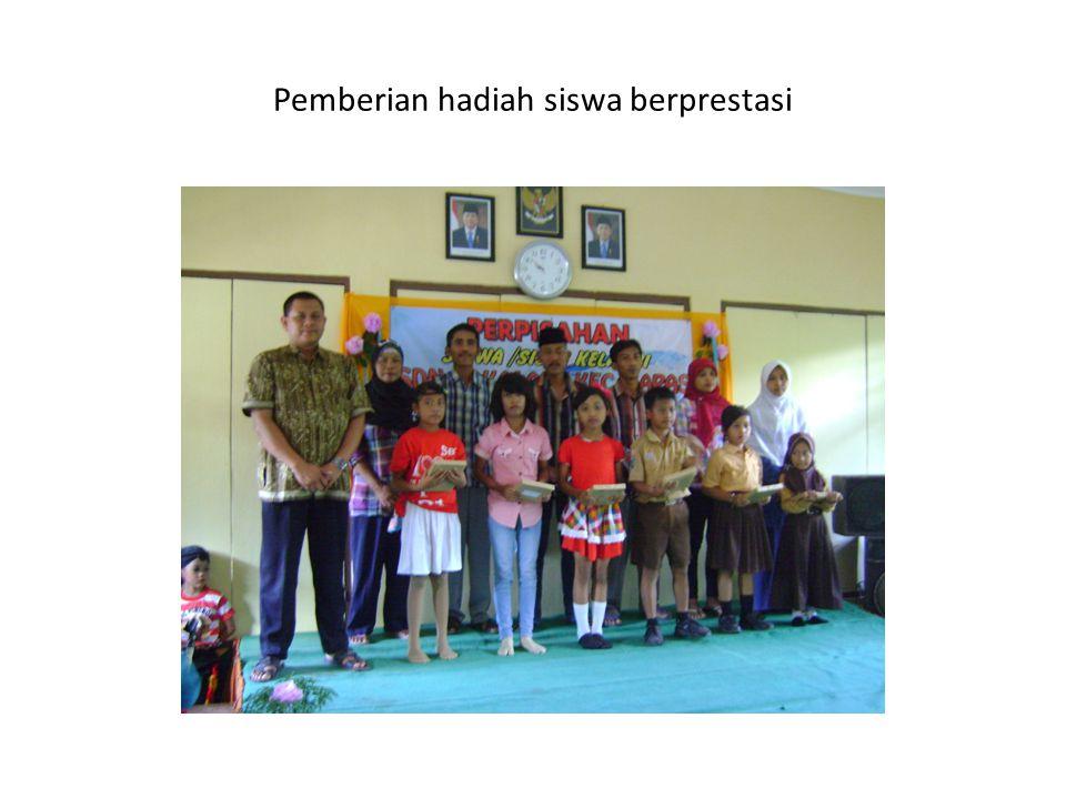 Pemberian hadiah siswa berprestasi