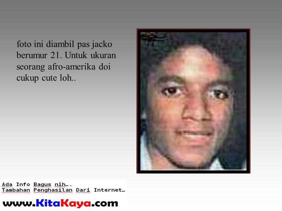 foto ini diambil pas jacko berumur 21. Untuk ukuran seorang afro-amerika doi cukup cute loh..