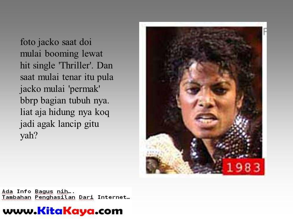 foto jacko saat doi mulai booming lewat hit single Thriller .