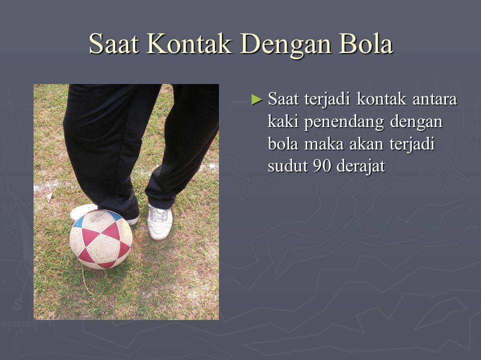 Saat Kontak Dengan Bola ► Saat terjadi kontak antara kaki penendang dengan bola maka akan terjadi sudut 90 derajat