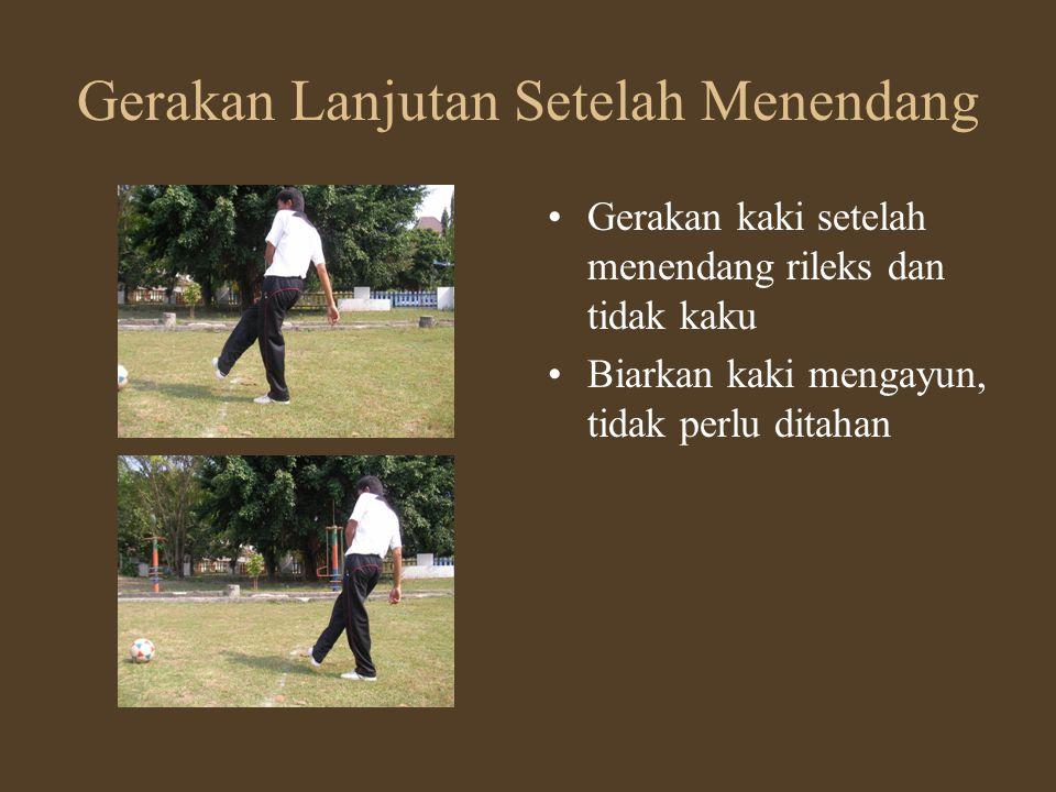 Gerakan Lanjutan Setelah Menendang •Gerakan kaki setelah menendang rileks dan tidak kaku •Biarkan kaki mengayun, tidak perlu ditahan