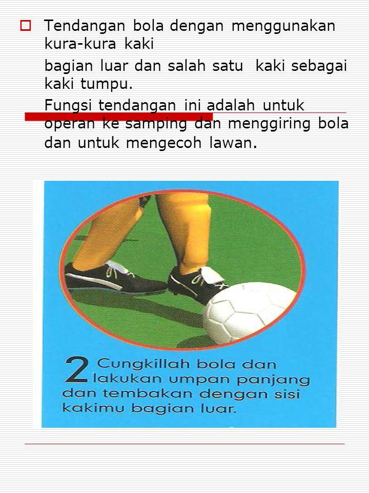  Tendangan bola dengan menggunakan kura-kura kaki bagian luar dan salah satu kaki sebagai kaki tumpu.