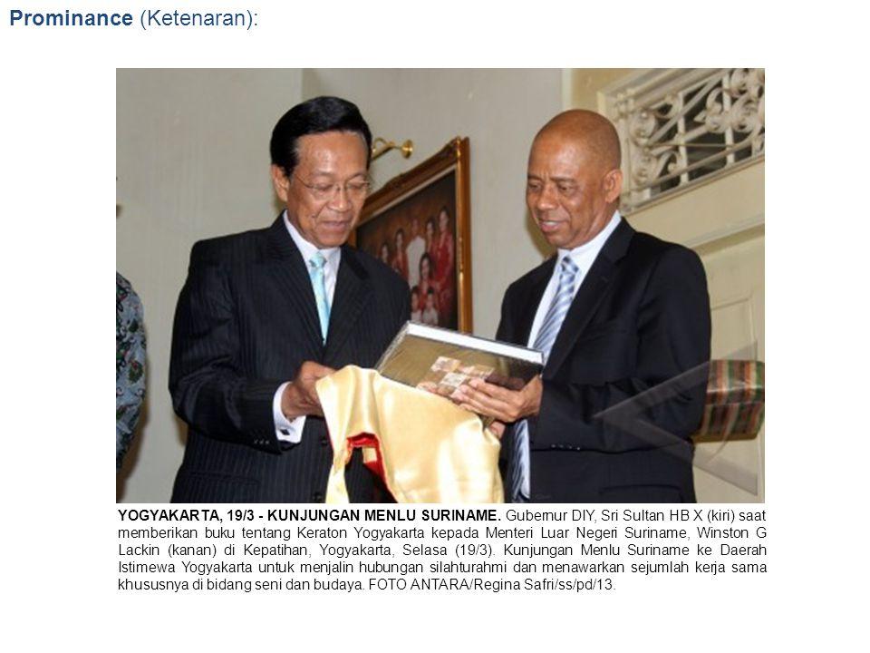 Prominance (Ketenaran): YOGYAKARTA, 19/3 - KUNJUNGAN MENLU SURINAME. Gubernur DIY, Sri Sultan HB X (kiri) saat memberikan buku tentang Keraton Yogyaka