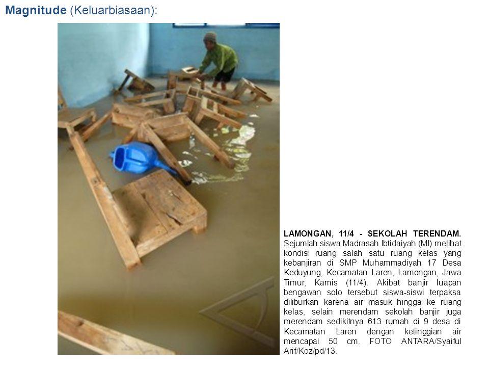 Magnitude (Keluarbiasaan): LAMONGAN, 11/4 - SEKOLAH TERENDAM. Sejumlah siswa Madrasah Ibtidaiyah (MI) melihat kondisi ruang salah satu ruang kelas yan