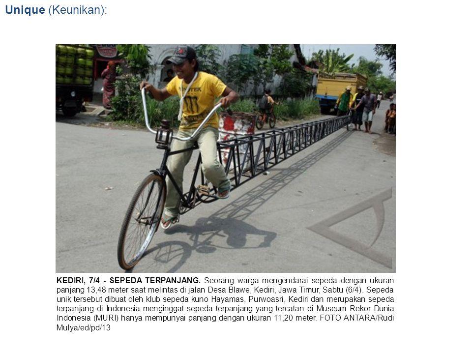 Unique (Keunikan): KEDIRI, 7/4 - SEPEDA TERPANJANG. Seorang warga mengendarai sepeda dengan ukuran panjang 13,48 meter saat melintas di jalan Desa Bla