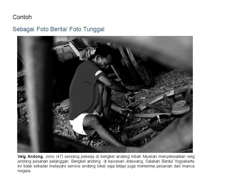 Contoh Sebagai Foto Berita/ Foto Tunggal Velg Andong. Jono (47) seorang pekerja di bengkel andong mbah Musiran menyelesaikan velg andong pesanan pelan