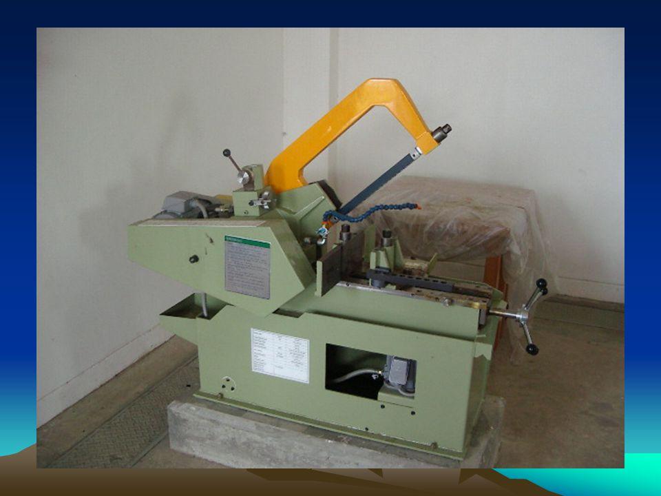 MESIN GERGAJI Mesin gergaji : Suatu mesin yang mempunyai daun gergaji logam berukuran lebih panjang.lebih lebar dan tebal dari gergaji tangan dan dige