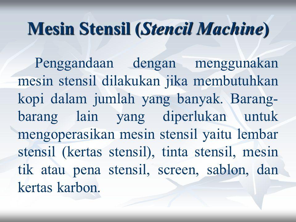 Cara mengoperasikannya adalah: Naskah yang akan digandakan telah ditik dengan rapi Stensil khusus dipasang pada silinder sebuah skener stensil, yang akan digandakan di sebelah kiri dan stensilnya di sebelah kanan.