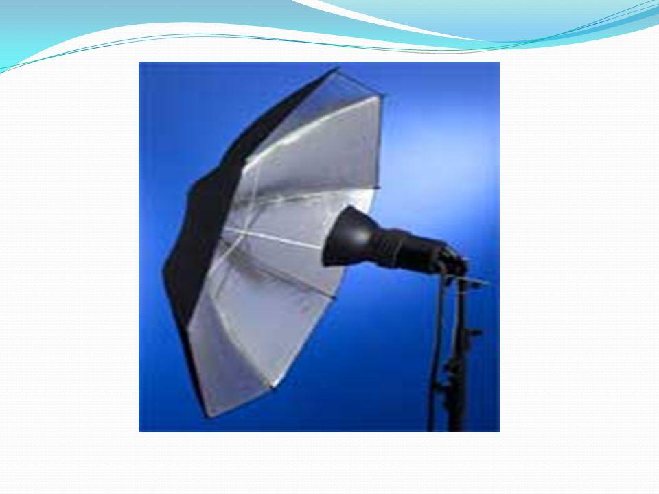 Payung transparan memiliki fungsi sama dengan payung pemantul, hanya saja cahaya yang dihasilkan lebih lunak, merata, dan lembut.