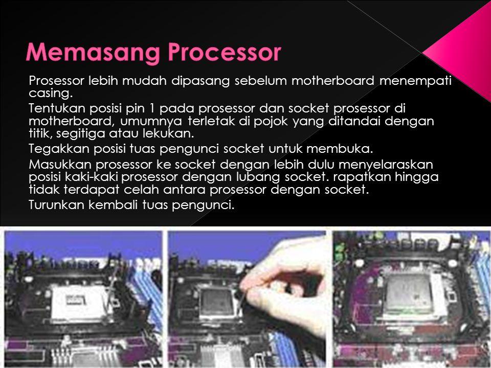 Prosessor lebih mudah dipasang sebelum motherboard menempati casing. Tentukan posisi pin 1 pada prosessor dan socket prosessor di motherboard, umumnya