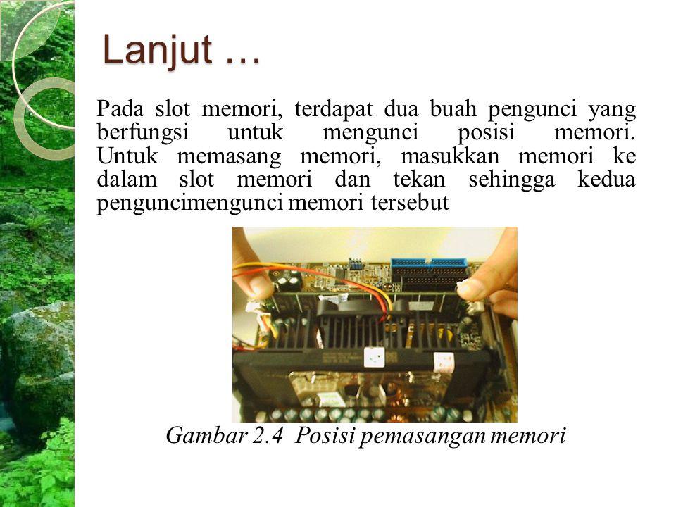 Lanjut … Pada slot memori, terdapat dua buah pengunci yang berfungsi untuk mengunci posisi memori. Untuk memasang memori, masukkan memori ke dalam slo