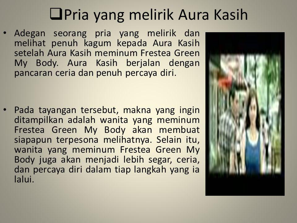  Pria yang melirik Aura Kasih Adegan seorang pria yang melirik dan melihat penuh kagum kepada Aura Kasih setelah Aura Kasih meminum Frestea Green My