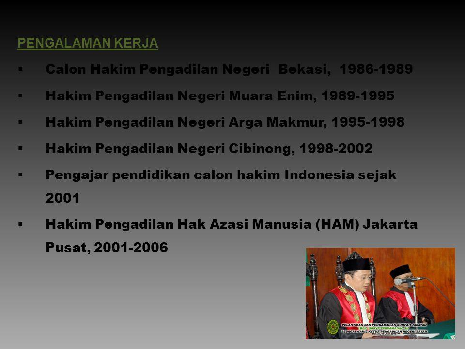 PENGALAMAN KERJA  Calon Hakim Pengadilan Negeri Bekasi, 1986-1989  Hakim Pengadilan Negeri Muara Enim, 1989-1995  Hakim Pengadilan Negeri Arga Makm