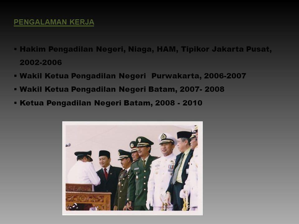 PENGALAMAN KERJA  Hakim Pengadilan Negeri, Niaga, HAM, Tipikor Jakarta Pusat, 2002-2006  Wakil Ketua Pengadilan NegeriPurwakarta, 2006-2007  Wakil