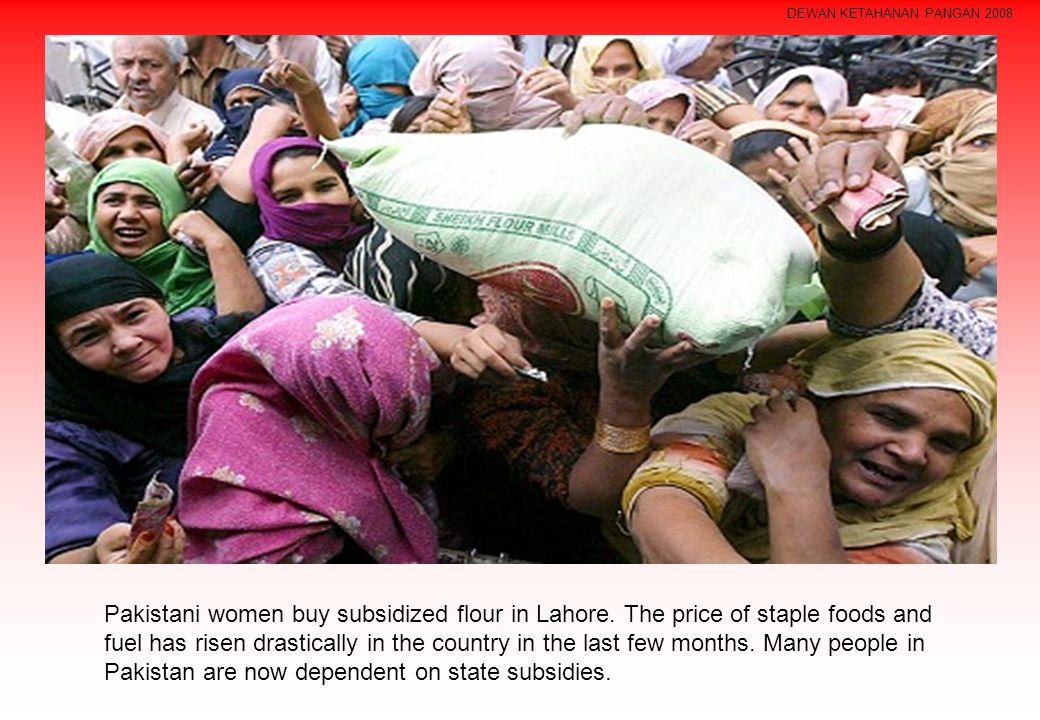 DEWAN KETAHANAN PANGAN 2008 Pakistani women buy subsidized flour in Lahore.