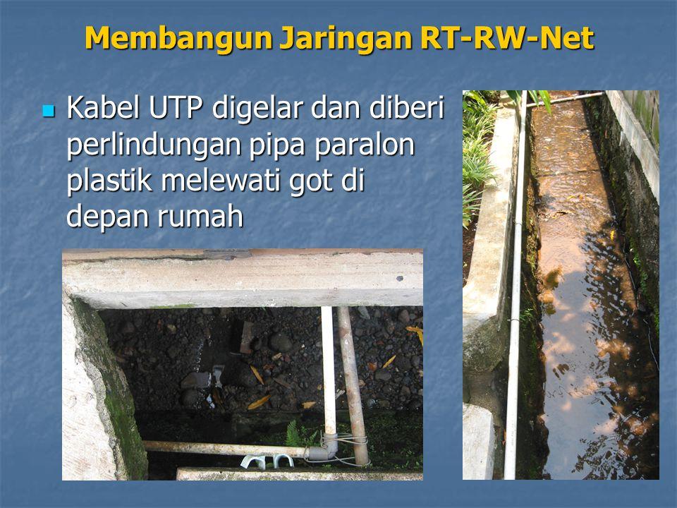 Kabel UTP digelar dan diberi perlindungan pipa paralon plastik melewati got di depan rumah Kabel UTP digelar dan diberi perlindungan pipa paralon plastik melewati got di depan rumah Membangun Jaringan RT-RW-Net