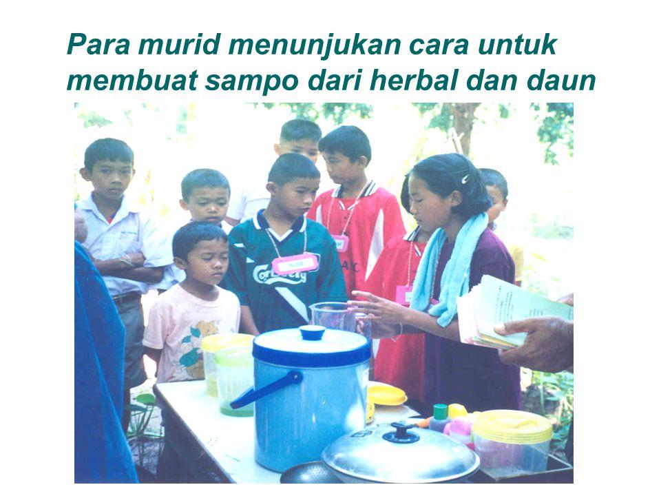Para murid menunjukan cara untuk membuat sampo dari herbal dan daun