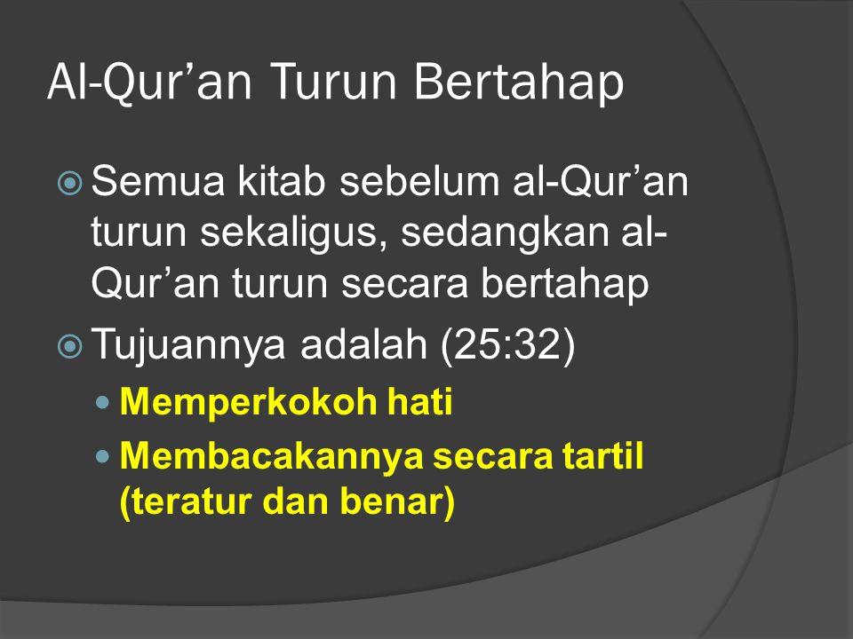 Al-Qur'an Turun Bertahap  Semua kitab sebelum al-Qur'an turun sekaligus, sedangkan al- Qur'an turun secara bertahap  Tujuannya adalah (25:32) Memperkokoh hati Membacakannya secara tartil (teratur dan benar)
