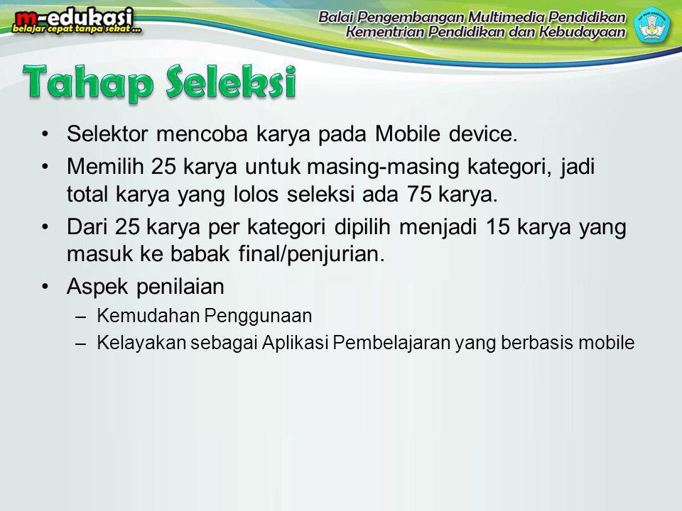 Selektor mencoba karya pada Mobile device. Memilih 25 karya untuk masing-masing kategori, jadi total karya yang lolos seleksi ada 75 karya. Dari 25 ka