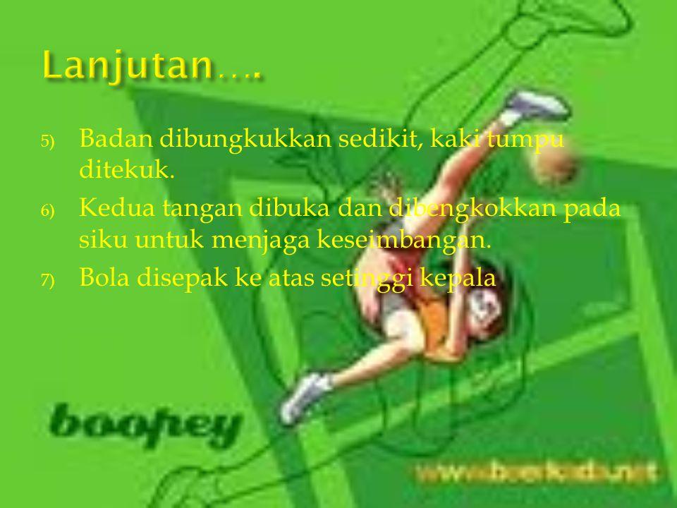 1) Berdiri dengan kedua kaki terbuka selebar bahu. 2) Lutut kaki sepak dibengkokkan sedikit sambil ujung jari mengarah ke tanah/lantai, kaki tendang k
