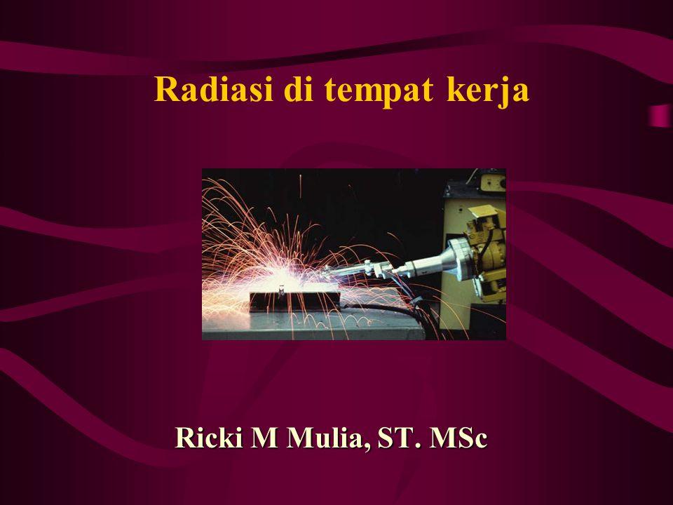 Ricki M Mulia Radiasi Ionisasi di tempat kerja Pengendalian : Mengurangi lamanya paparan Mempertahankan jarak yang aman antara pekerja dgn sumber Membentengi sumber dengan bahan yg dapat menyerap radiasi