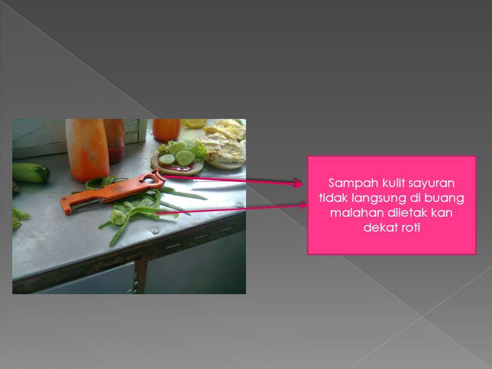 Sayuran tidak langsung di simpan malahan sayuran tersebut diletakkan dekat kain lap yag sudah kotor