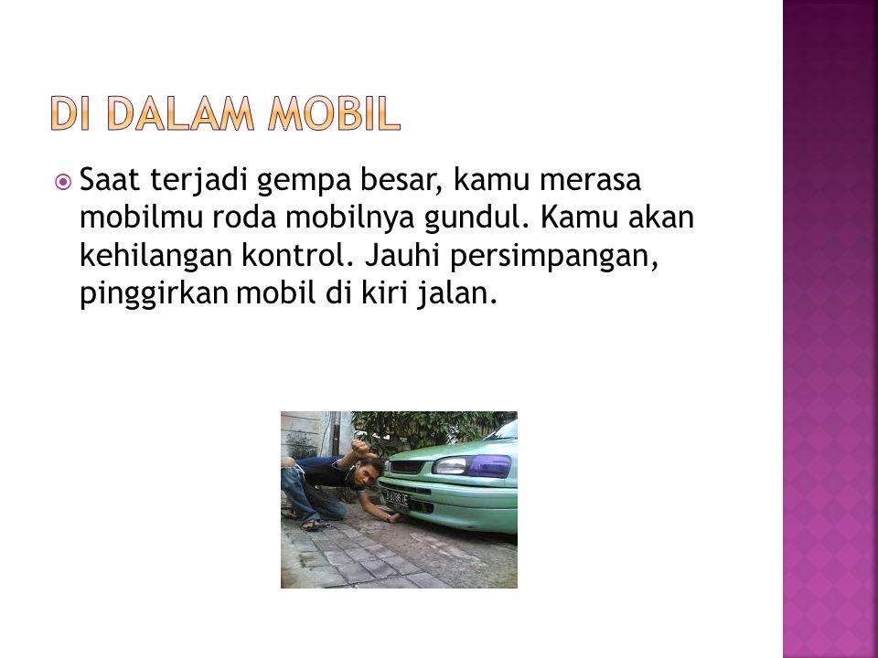  Saat terjadi gempa besar, kamu merasa mobilmu roda mobilnya gundul. Kamu akan kehilangan kontrol. Jauhi persimpangan, pinggirkan mobil di kiri jalan