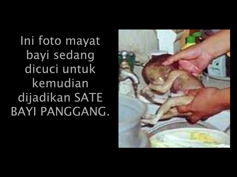 Ini foto mayat bayi sedang dicuci untuk kemudian dijadikan SATE BAYI PANGGANG.