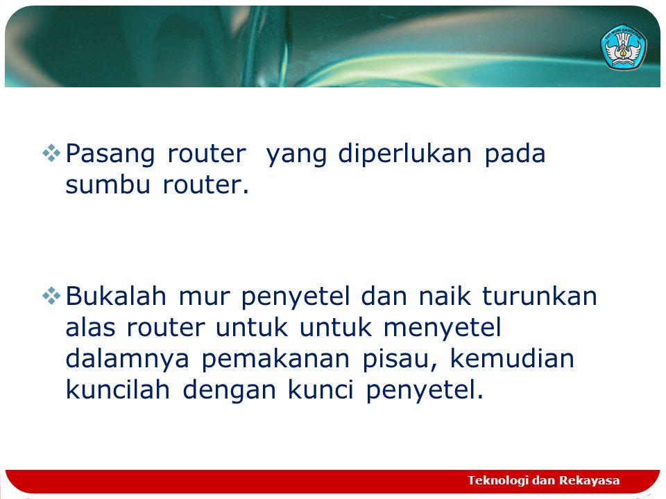  Pasang router yang diperlukan pada sumbu router.  Bukalah mur penyetel dan naik turunkan alas router untuk untuk menyetel dalamnya pemakanan pisau,