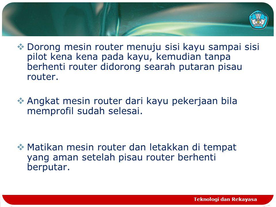  Dorong mesin router menuju sisi kayu sampai sisi pilot kena kena pada kayu, kemudian tanpa berhenti router didorong searah putaran pisau router.  A