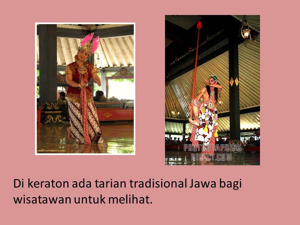 Di keraton ada tarian tradisional Jawa bagi wisatawan untuk melihat.